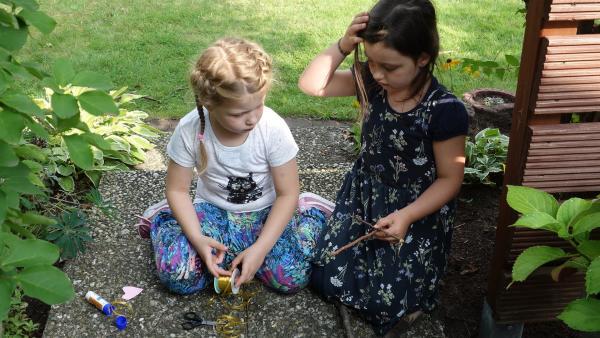 Maja und Greta entdecken beim Spielen im Garten eine tote Maus. | Rechte: ZDF/Studio.TV.Film GmbH