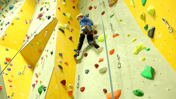 Kurzerhand beschließen Jakob und seine Mutter in eine Kletterhalle zu fahren. Dort kann Jakob zum ersten Mal ausprobieren hoch hinaus zu klettern. | Rechte: ZDF/Studio.TV.Film GmbH