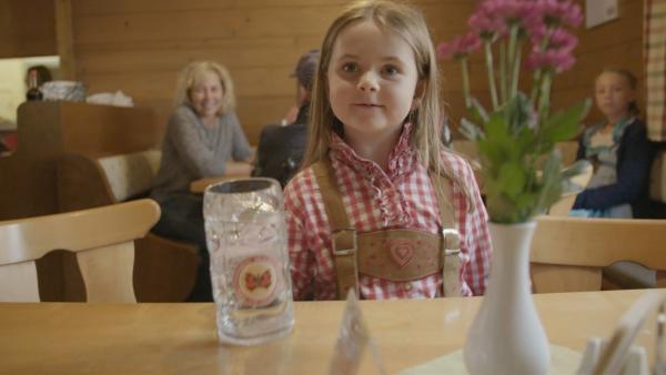 Maria bekommt Tisch 2 zugeteilt und muss sich darum kümmern, dass die Gäste etwas zu trinken und zu essen bekommen. | Rechte: KiKA
