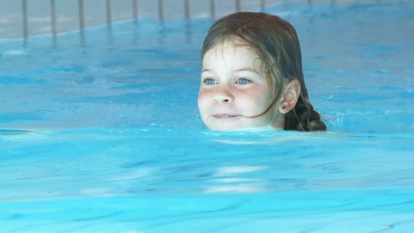 Schwimmen kann Marietta schon sehr gut. | Rechte: KiKA