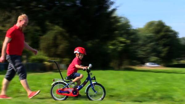 Oskar ist schon vier und will endlich unbedingt alleine Fahrrad fahren. | Rechte: rbb/fischer tv + film