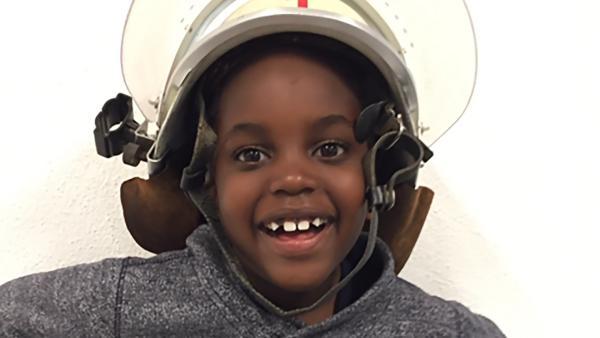 Pete ist fünf Jahre alt und großer Feuerwehr-Fan. | Rechte: hr