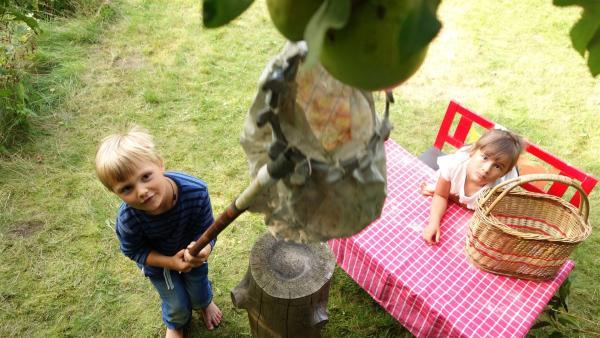 Frederik möchte einen Apfelkuchen backen. Doch bevor es losgehen kann, muss er noch gemeinsam mit seiner Freundin Mila die Äpfel pflücken. | Rechte: ZDF/Studio.TV.Film GmbH