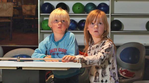 Lola und Flint sind beim Bowling. Beide wollen wissen, wie viele Pins beim letzten Wurf umgefallen sind. | Rechte: ZDF/KRO-NCRV