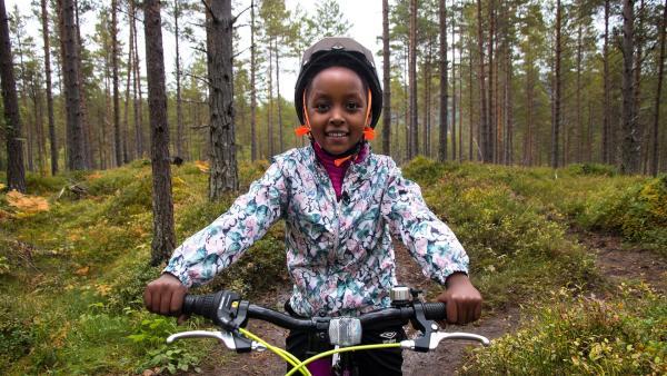 Mutig fährt Paola auf ihrem Mountainbike den Berg herunter. | Rechte: ZDF/NRK SOGN OG FJORDANE