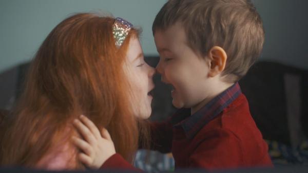 Cédhla hat einen kleinen Bruder, mit dem sie viel Spaß hat und gerne spielt. | Rechte: ZDF/RTÉ