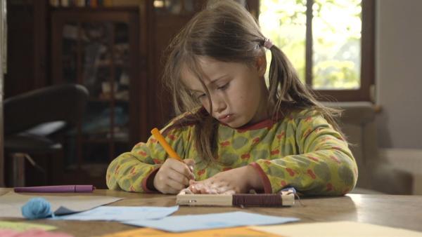 Alice ist 6 Jahre alt und bereitet Sachen für ihr Gartenhäuschen vor. | Rechte: KiKA