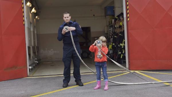 Für Katarina ist ein Tag mit ihrem Papa bei der Feuerwehr lustig und spannend. | Rechte: ZDF/RTV Slovenia