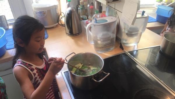 Die sechsjährige May-Lin kocht heute zum ersten Mal chinesische Nudeln und hat ihre Oma zum Essen eingeladen. | Rechte: ZDF/Studio.TV.Film