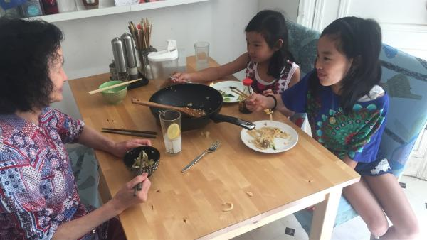 May-Lin (2.v.l.) hat ihre Oma (li.) zum Essen eingeladen. Sie ist sehr gespannt, ob ihrer Oma die selbstgekochten Nudeln schmecken. | Rechte: ZDF/Studio.TV.Film