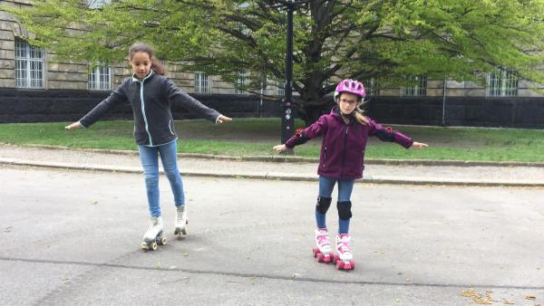 Sofia (re.) ist sechs jahre alt übt mit ihrer Freundin Sela (re.), die zehn Jahre alt ist, für den Wettkampf im Park. Es ist schwierig, auf dem unebenen Boden die Balance zu halten. In der Halle funktioniert das leichter. Doch Sofia gibt nicht auf. | Rechte: ZDF/Studio.TV.Film