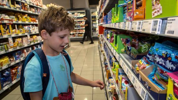 Bei den Süßigkeiten für seinen Geburtstag fällt ihm die Entscheidung schwer. | Rechte: KiKA