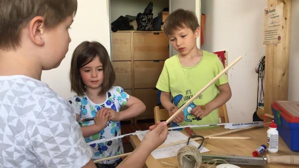 Der fünfjährige Leo (re.) möchte einen Drachen bauen. Sein älterer Bruder Jakob (li.) und seine Freundin Alysa (Mi.) helfen ihm dabei. Zusammen sind sie ein tolles Team. | Rechte: ZDF/Studio.TV.Film