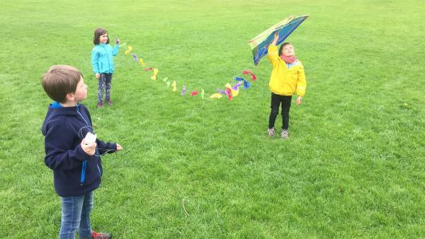 Leo (re.), sein Bruder Jakob (li.) und seine Freundin Alysa (Mi.) haben gemeinsam einen Drachen gebaut. Jetzt wollen sie ihn im Park steigen lassen. Wird der Drache fliegen? | Rechte: ZDF/Studio.TV.Film