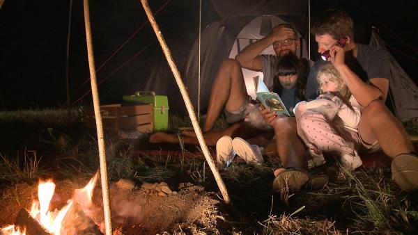 Die Papas lesen Lia und Lola noch Gruselgeschichten vor. | Rechte: KiKA