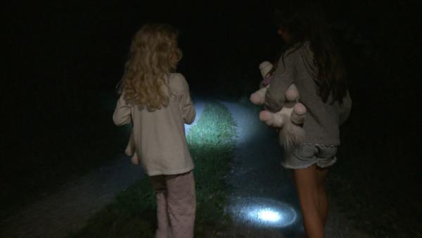 Lia und Lola machen eine Nachtwanderung. | Rechte: KiKA