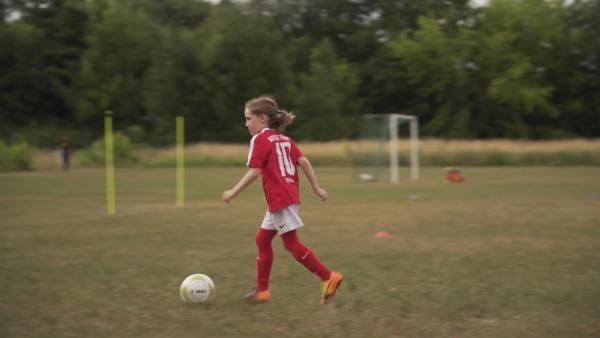 Das Training ist Käte wichtig, denn sie will Profi-Fußballerin werden. | Rechte: KiKA