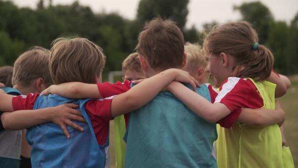 Käte spielt seit drei Jahren in einer Jungs-Fußballmannschaft. | Rechte: KiKA