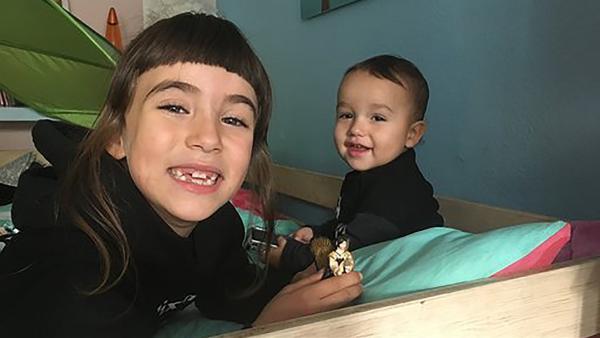 Nela und ihr kleiner Bruder Lias spielen | Rechte: rbb