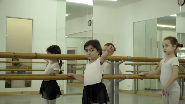 Jade tanzt zum ersten Mal an einer Stange im Ballettsaal. Es macht ihr sehr viel Spaß, die Klaviermusik zu hören und sich dabei zu bewegen. | Rechte: ZDF/Studio.TV.Film GmbH