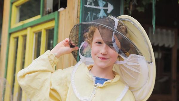 Margarete lernt in ihrer Bienen-AG, wie man sich um Bienen kümmert, wie Honig entsteht und warum Bienen so wichtig für die Natur sind. Sie trägt dabei sogar einen richtigen Imker-Anzug. | Rechte: rbb