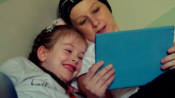 Freya lebt in Irland. Sie liebt es, mit ihrer Mama Laura Zeit zu verbringen. | Rechte: ZDF/Studio.TV.Film GmbH
