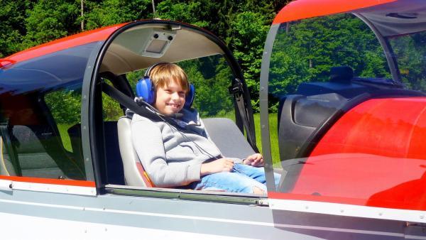 Ian liebt Flugzeuge und das Fliegen. Es geht ein großer Traum für ihn in Erfüllung. | Rechte: ZDF/Studio.TV.Film GmbH