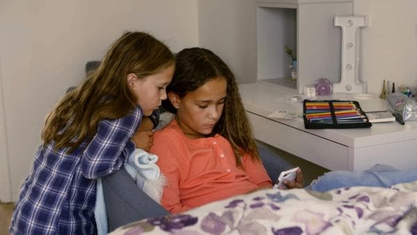 Evren findet es oft unfair, dass ihre ältere Schwester Inèz viele Dinge nicht machen muss, die sie aber tun soll. Kleine Schwester zu sein ist nicht leicht. | Rechte: ZDF/Studio.TV.Film GmbH
