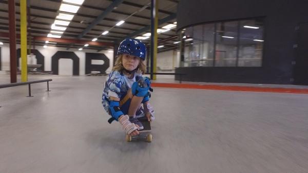 Noor fühlt sich auf dem Skateboard am wohlsten. Sie liebt die Geschwindigkeit und die Bewegung. | Rechte: ZDF/Studio.TV.Film GmbH