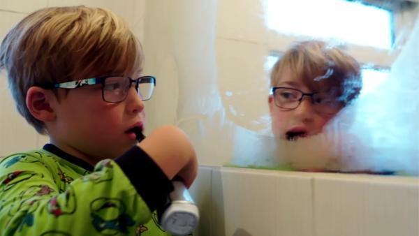 Finn hat seinen ersten Milchzahn verloren und wartet ungeduldig auf die Zahnfee. | Rechte: ZDF/Studio.TV.Film GmbH