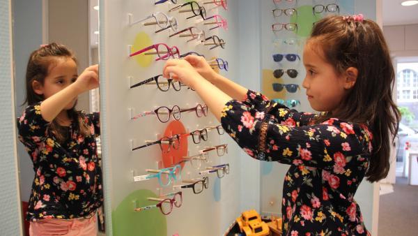 Linya sucht nach einer Brille, die ihr gefällt. | Rechte: KiKA