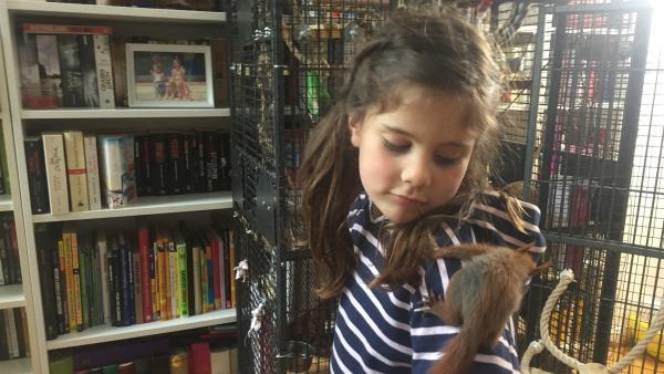 Mila liebt Eichhörnchen. Sie hilft ihrer Mutter dabei, kleine Eichhörnchen großzuziehen, die ihr Zuhause verloren haben. | Rechte: ZDF/Studio.TV.Film GmbH