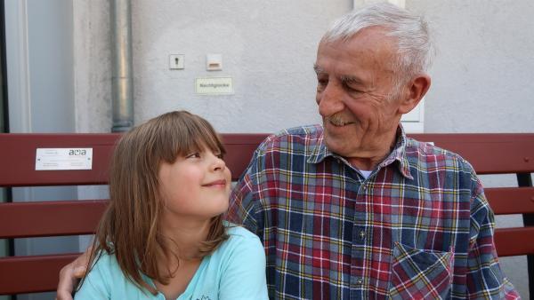 June und ihr geliebter Opa | Rechte: KiKA/HR