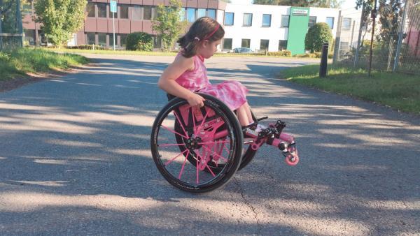 Aylin skatet mit ihrem Rolli | Rechte: KiKA