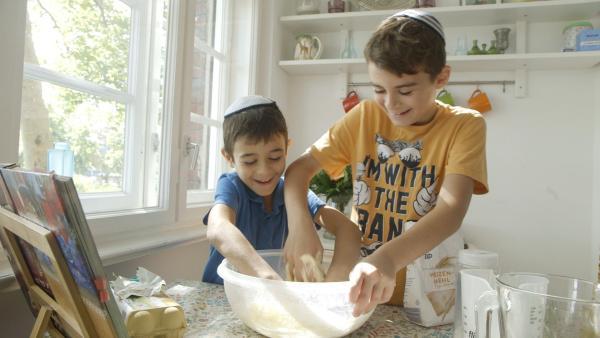 Noam möchte mit seinem Bruder Challa backen. Das ist ein Hefezopf, der in seiner jüdischen Familie traditionell am Freitagabend zum Beginn des Schabbat gegessen wird. | Rechte: rbb/ánimofilm
