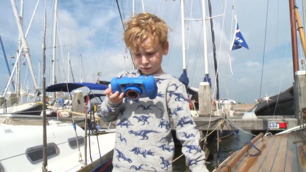 Wybe möchte mit seinem Opa und seinem Vater segeln gehen.Bevor es losgeht, zeigt er uns selbst mit seiner Kamera das Segelboot. | Rechte: ZDF/KRO-NCRV