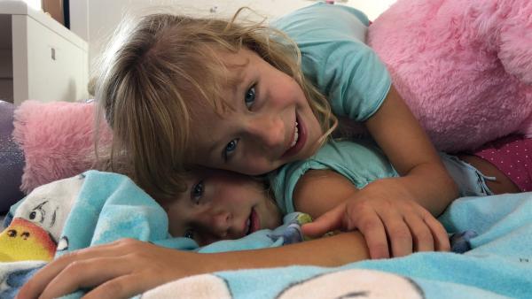 Katarina und Lyra (7 Jahre) sind Zwillinge und leben in Slowenien. Sie sehen nicht nur gleich aus, sondern sie machen auch am liebsten das Gleiche. | Rechte: ZDF/TRV SLO