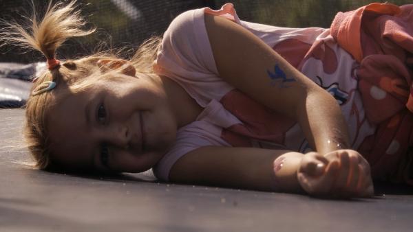 Sári (7 Jahre) lebt mit ihrer Familie in einem kleinen ungarischen Dorf und liebt es Rock 'n' Roll zu tanzen. | Rechte: ZDF/MTVA