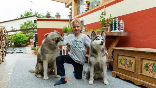 Sid mit seinen beiden Huskys | Rechte: KiKA/Monika Gröller