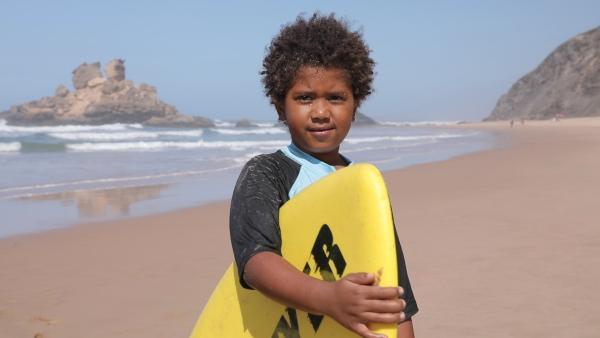 Gui's schönster Spielplatz sind das Meer, die Wellen und der Sandstrand, denn hier kann er surfen. | Rechte: KiKA