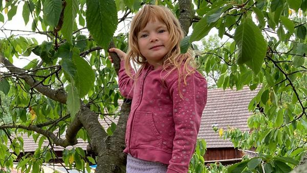 Lina kann in ihrem Gemüsegarten einiges ernten. | Rechte: rbb/Anderthalb Medienproduktion GmbH
