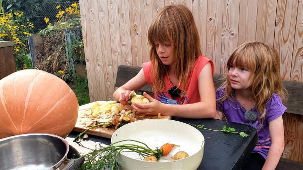 Lina und ihre Schwester Lea putzen und schneiden das frisch geerntete Gemüse. | Rechte: rbb/Anderthalb Medienproduktion GmbH