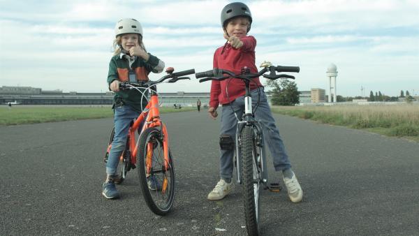 Kaspar (re.) fährt mit seinem Freund Hugo am liebsten Mountainbike. | Rechte: rbb/Avistura