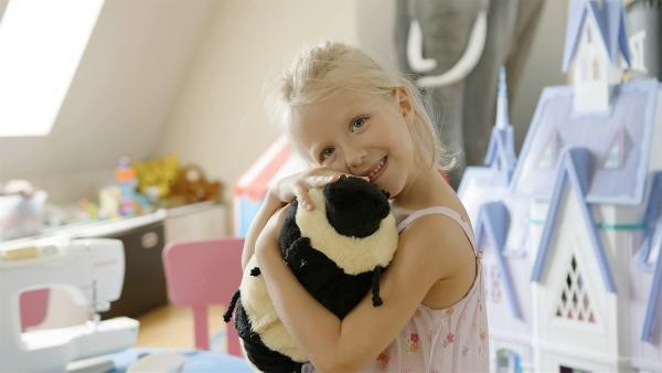 In ihrer Kita hat Grace (5 Jahre) bereits eine Nähmaschine benutzt. Jetzt will sie zu Hause zum ersten Mal alleine nähen – und zwar eine Hummel. | Rechte: rbb/Anderthalb Medienproduktion GmbH