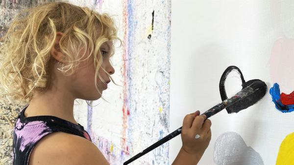 Billi malt gern und viel und nun auch: groß. Im Atelier ihres Vater möchte sie ein riesiges Bild malen – wie eine richtige Künstlerin. | Rechte: rbb/Anja Hansmann