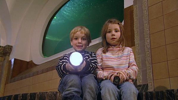 Können Fische eigentlich schlafen? Mit der Taschenlampe gehen Carla und Laurin nachts im Aquarium auf die Suche nach der Antwort. | Rechte: SWR