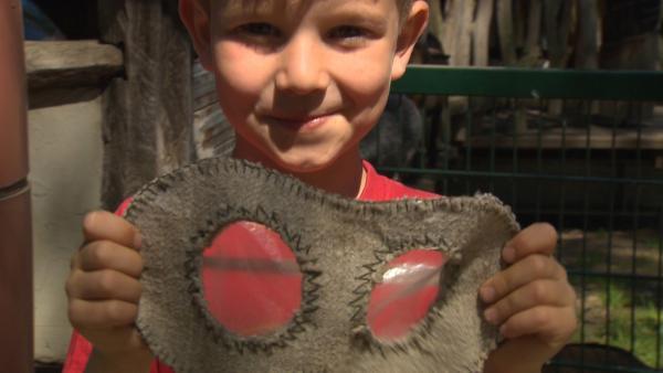 Stell dir vor, du hättest Augen wie ein Nashorn. Nashörner können nicht gut sehen. Und mit einer Nashorn-Maske, kann man das gut nachempfinden. | Rechte: SWR