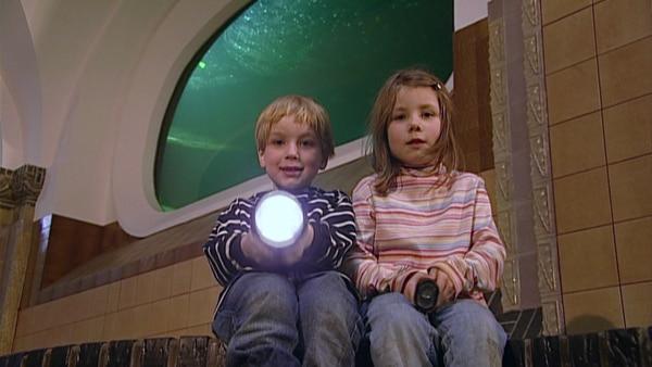 Mit der Taschenlampe gehen Carla und Laurin nachts im Aquarium auf die Suche nach der Antwort, ob Fische schlafen.  | Rechte: KiKA
