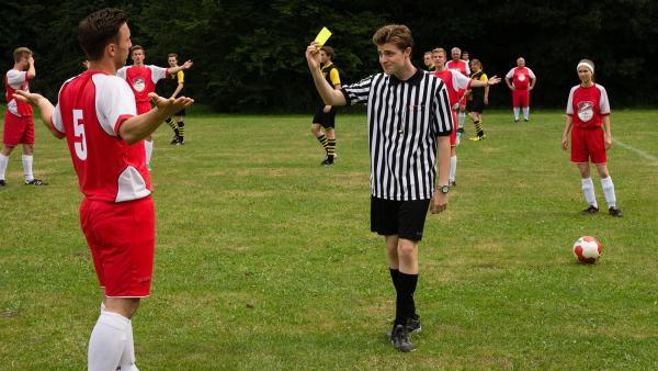 Ben (David Delmenico, rechts) fühlt sich sichtlich unwohl in seiner Rolle als Schiedsrichter | Rechte: NDR/Endemol Worldwide/Seven Network Australia