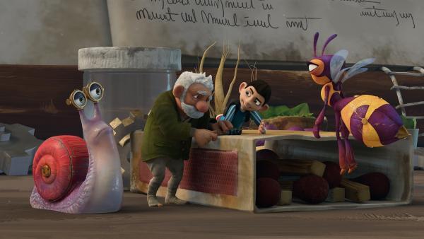 Gramps erledigt das Finetuning an Zaks Arm. Syd und Willow beobachten. | Rechte: KiKA/One Animation PTE LTD.